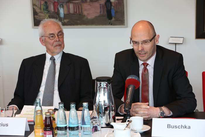 Stifter Michael Lezius (links) und Marcus Buschka (Haspa Hamburg Stiftung); Pressekonferenz zur GrŸündung der Yagmur GedäŠchtnisstiftung