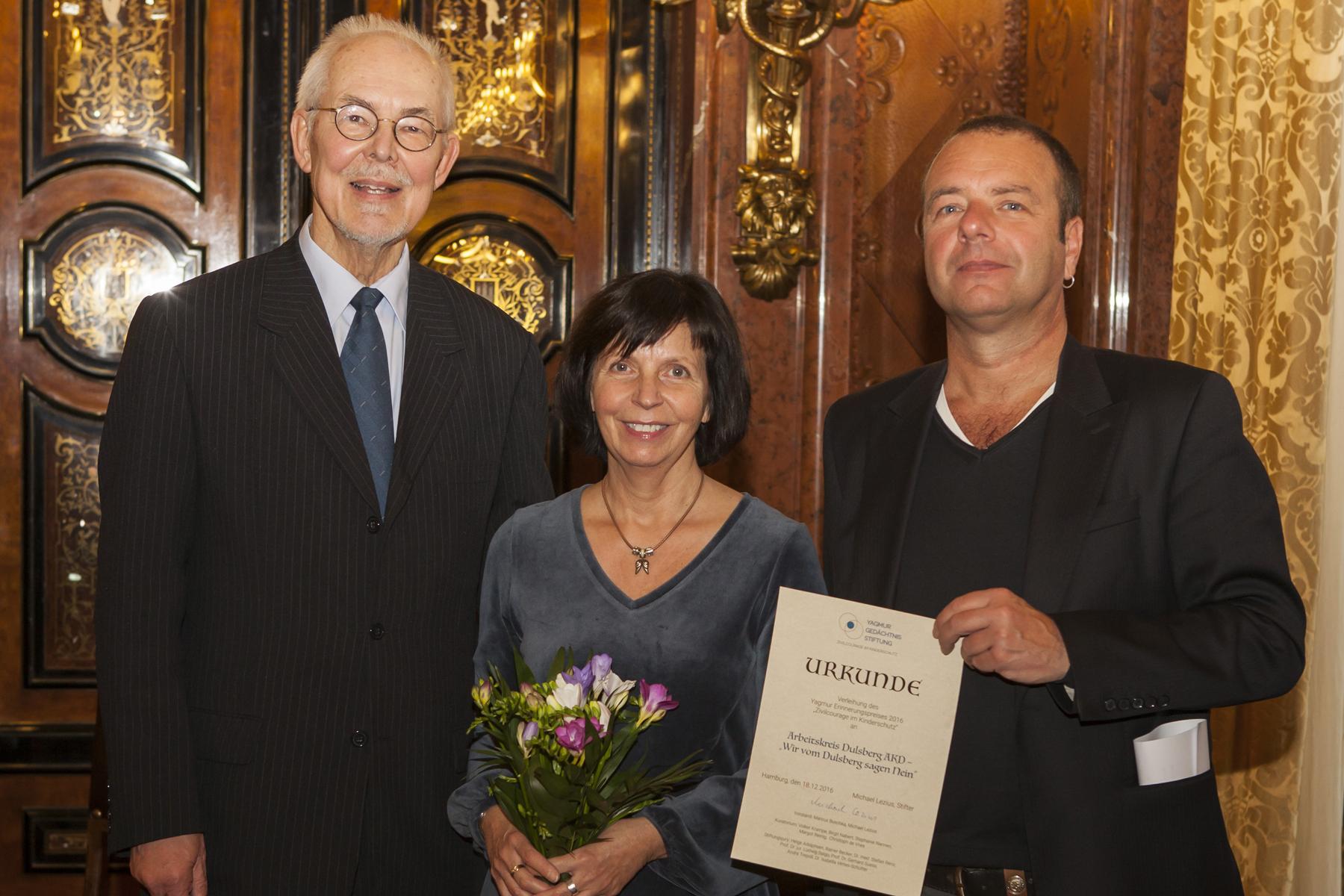 Petra Daszkowski und Jürgen Fiedler vom Arbeitskreis Dulsberg nahmen stellvertretend den Yagmur-Erinnerungspreis 2016 entgegen, den Michael Lezius (links) gestiftet hat. Foto: Nilay Pavlovic